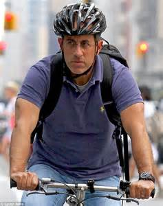 Jerry Seinfeld shows off his ripped arms as he goes