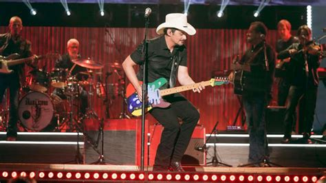 """Brad Paisley to see """"The World"""" on 2020 tour – New Country"""